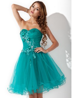 A-Line/Princess Sweetheart Knee-Length Tulle Homecoming Dress With Ruffle Beading Appliques Lace Flower(s)