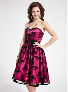 A-Line/Princess Sweetheart Knee-Length Charmeuse Lace Homecoming Dress With Flower(s)