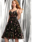 A-Line V-neck Knee-Length Lace Homecoming Dress With Beading Sequins