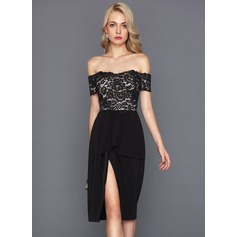 Linjeform Off-the-Shoulder Knelengde Satin Cocktailkjole med Brusende Volanger (016124567)