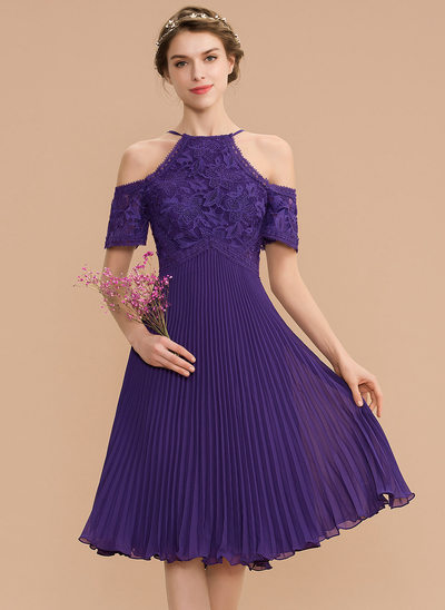 A-Line Scoop Neck Knee-Length Chiffon Lace Homecoming Dress With Pleated