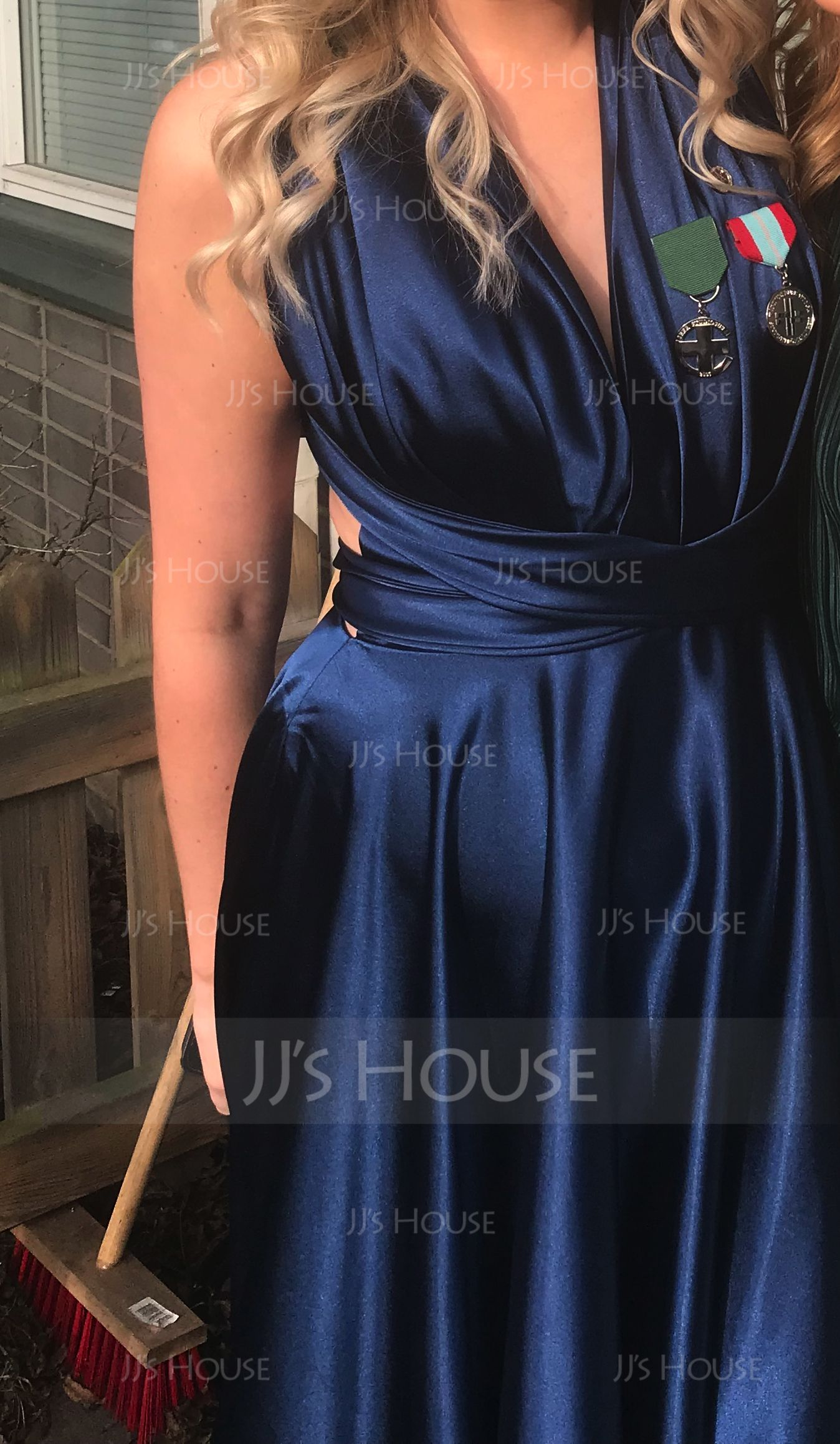 Världens finaste klänning. Tyget känns så lyxigt och den sitter verkligen  perfekt och stämmer bra överens med måttguiden. En superelegant 50bcc9eca4331